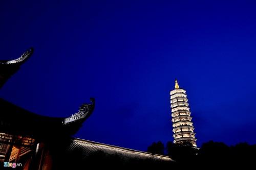 Bảo tháp cao nhất Đông Nam Á (100 m) tại chùa Bái Đính rực sáng về đêm. Để lên được đây, du khách phải ngồi trên xe điện hoặc leo bộ qua hành lang La Hán hai bên khuôn viên Chùa.
