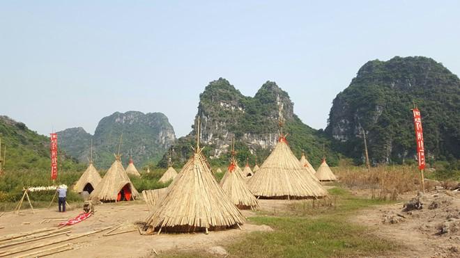 Khoảng 40 chiếc lều hình chóp được phục dựng.