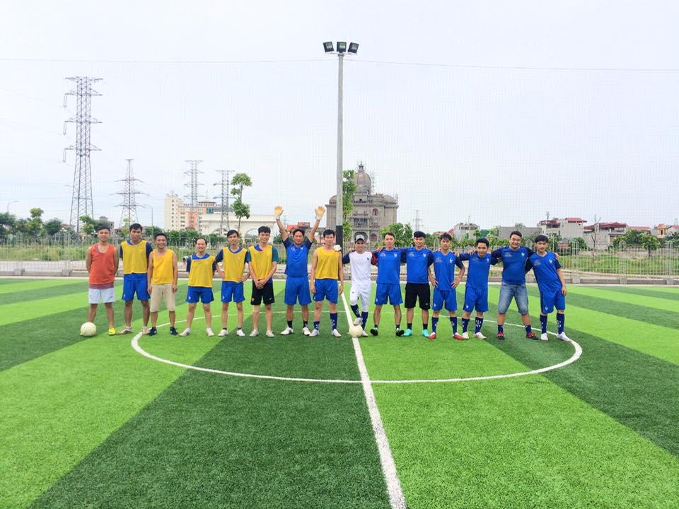 Cầu thủ 02 đội U80 (Áo vàng) và U90 (Áo Xanh) chụp ảnh lưu niệm trước trận đấu.